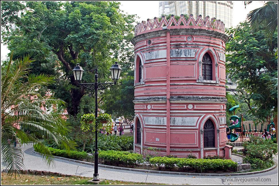 В общем-то таких красивостей в Макао немало, например, в самом центре стоит ажурная башня, чей функционал мне так и не удалось понять.