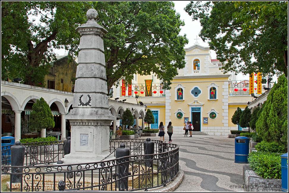 Главная архитектурная достопримечательность острова - церковь Франциска Ксаверия, маленькая и очень аккуратненькая. Она окружена теми самыми ресторанами, где подают рыбу, что еще час назад плавала в море.