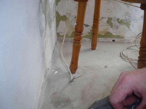 Фото 13. Участок стационарной проводки, уходящей в ванную.