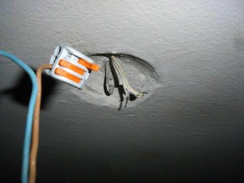 Фото 9. Установка временной точки освещения с диагностической целью. Стационарная проводка потолка находится в аварийном состоянии.