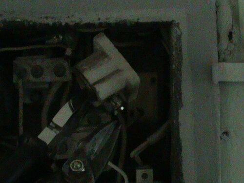 Фото 4. Демонтаж патрона (основания) плавкого предохранителя (пробки) вводного устройства.
