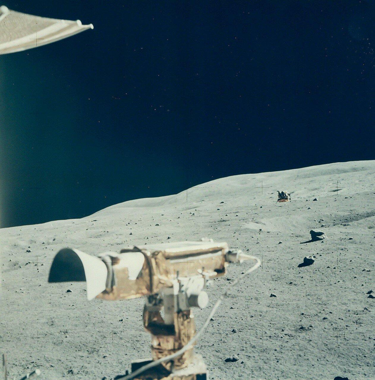 Первая ВКД продолжалась 7 часов 11 минут 2 секунды. Астронавты проехали на «Ровере» 4,2 км. Луномобиль находился в движении в общей сложности 43 минуты и стоял на всех остановках. На снимке: Место посадки ЛМ