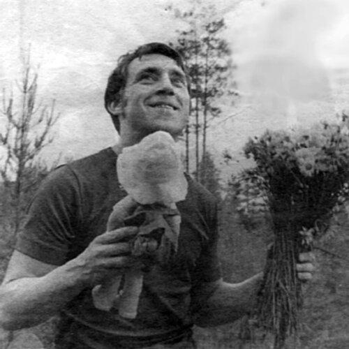Владимир Высоцкий на «Лесном концерте» под Сосново на озере Лампушка Ленинградской области. Фото Г.Сиразетдинова, 1 июля 1972 года (из архива вдовы Владимира Шубарина)