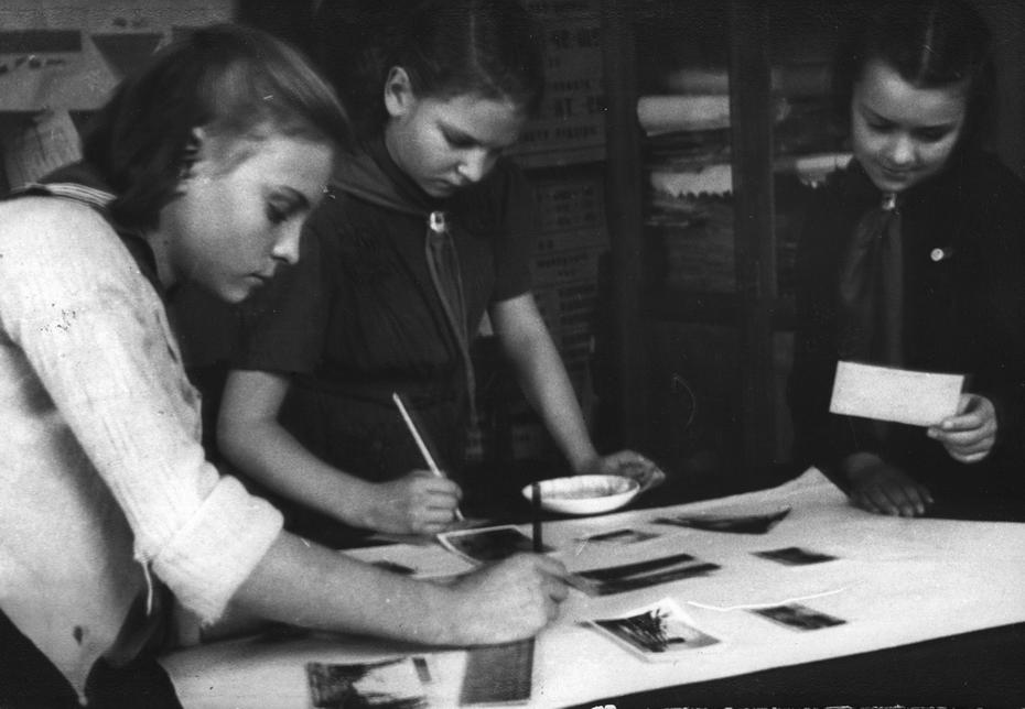 1944.11.18. Л. Чубарева, А. Кузякина, Ж. Фещук - пионерки второго звена средней школы №56 готовят фотомонтаж для агитпункта