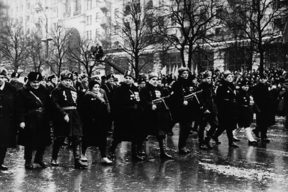 1967.12.24. Колонна партизан на Хрещатике во время празднования 50-летия образования УССР