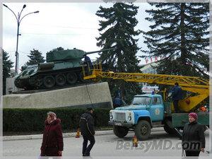 Знаменитый памятник «Танк Т-34» в Бельцах покрасили