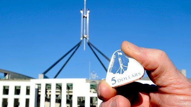 Новая 5-долларовая монета в Австралии.