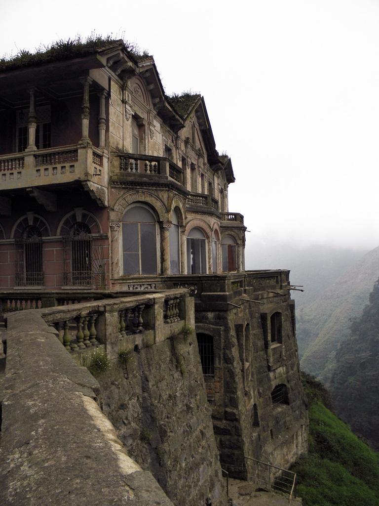 Заброшенный отель у водопада в Колумбии