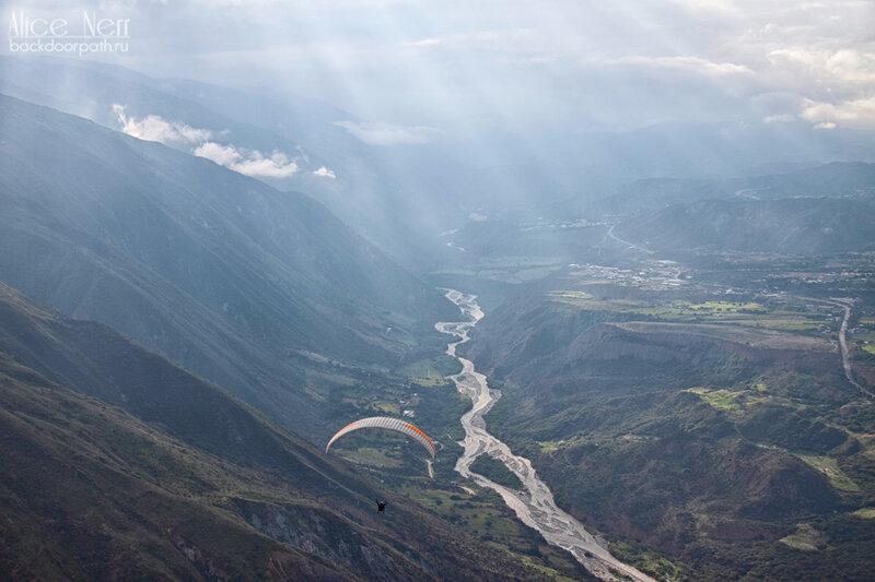 полет на параплане в горах в Мериде, венесуэла