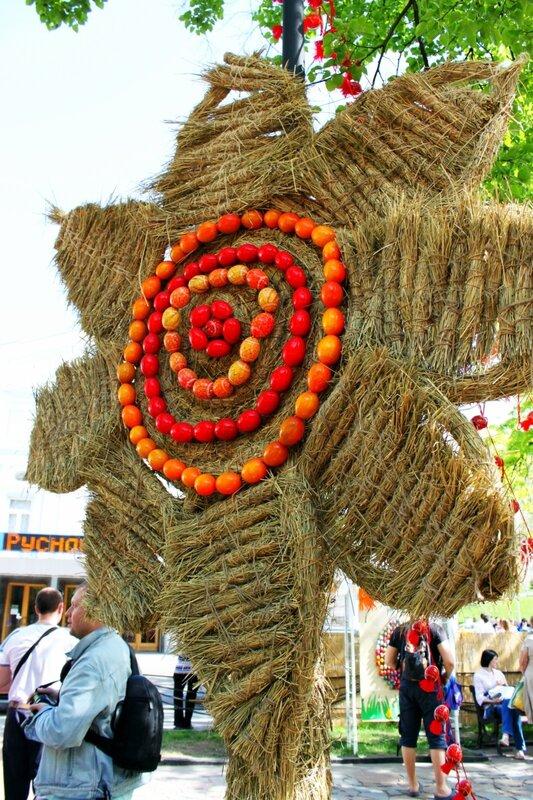 Инсталляция из соломы Подсолнух