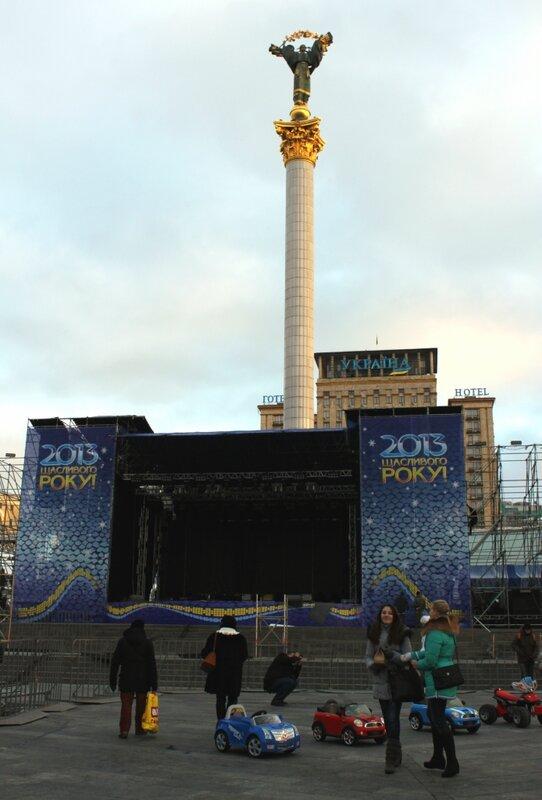 Сцена празднования Нового года 2013 в Киеве