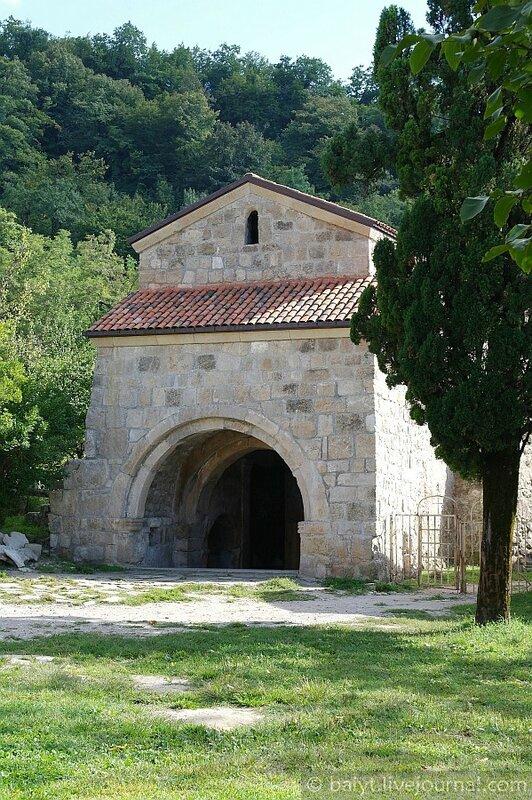 Южные ворота монастыря Гелати - надгробие великого грузинского царя Давида Восстановителя (Агмашенебели)