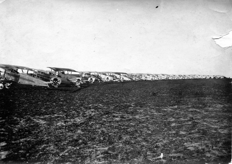 Старт истребителей авиагруппы, на хвостах написованы черепа с перекрещенными костями. 1914-1917.jpg