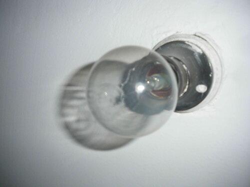 Фото 15. Сгоревшая лампа накаливания в настенном патроне санузла. Конфигурация перегоревшей спирали такова, что её обрыв не бросается в глаза. Чтобы хорошо рассмотреть содержимое колбы этой лампочки, желателен дополнительный источник света.