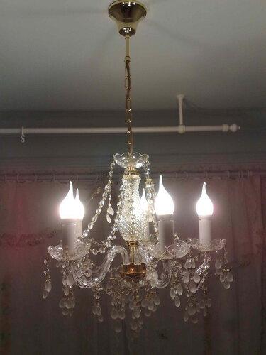 Фото 11. Через некоторое время лампы в люстре были заменены. Лампы в форме свечи выглядят гораздо лучше обыкновенных компактных люминесцентных («энергосберегающих») ламп.