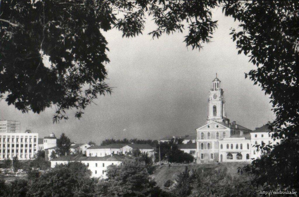 8. Вид на памятник архитектуры 18 века — городскую ратушу