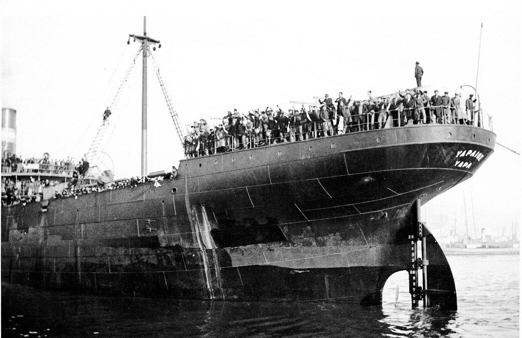 Корабль с армянскими беженцами отходит от причала в порту Пирей.