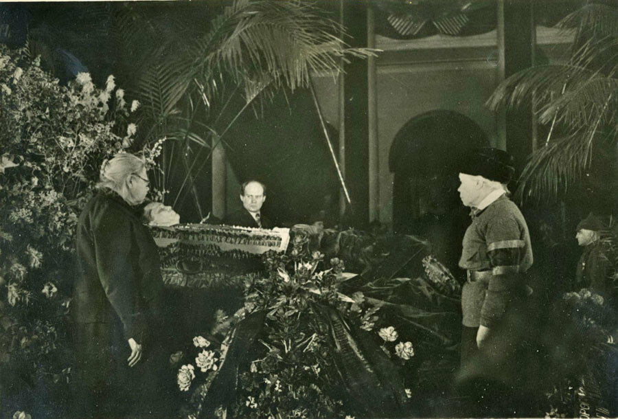 Крупская ( крайняя слева ) у гроба Кирова