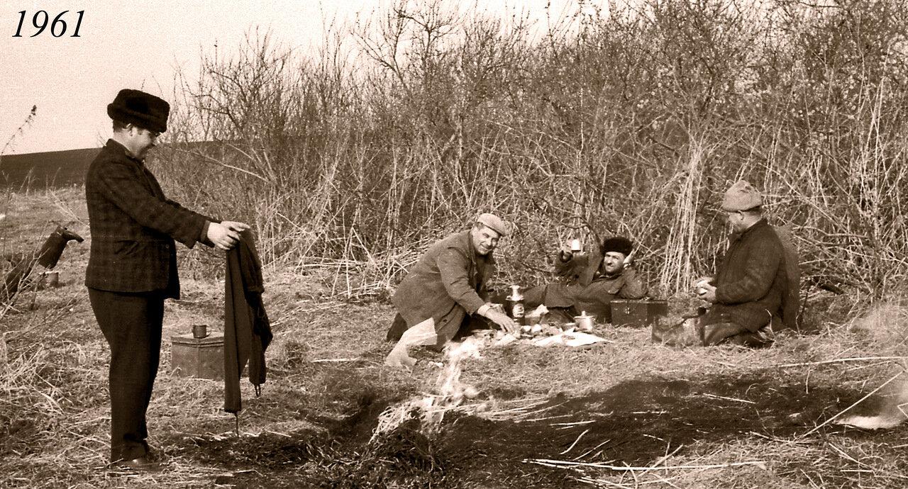 1961. Охотники на привале.