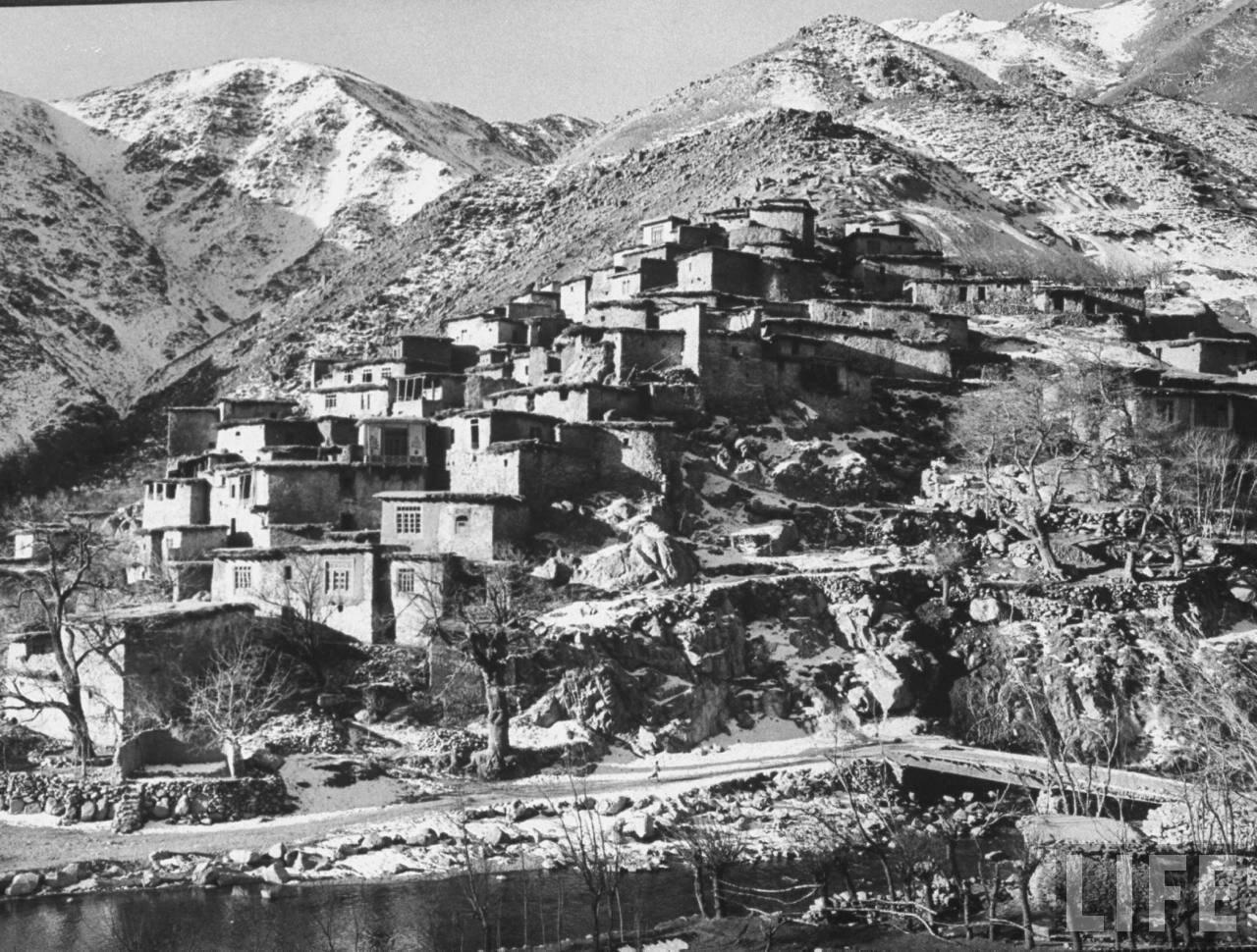 Маленькая деревня в горах Гиндукуша, в низовьях долины реки Саланг