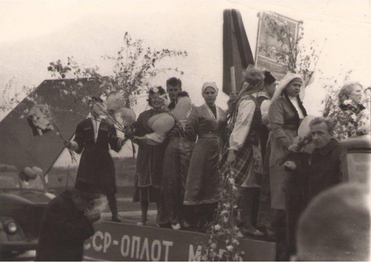 Работники 105 цеха химзавода на первомайской демонстрации 60-е гг. ХХ в.