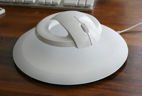 Компьютерная мышка, парящая в воздухе