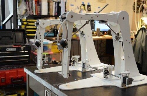 Робот рисует на кофейной пенке