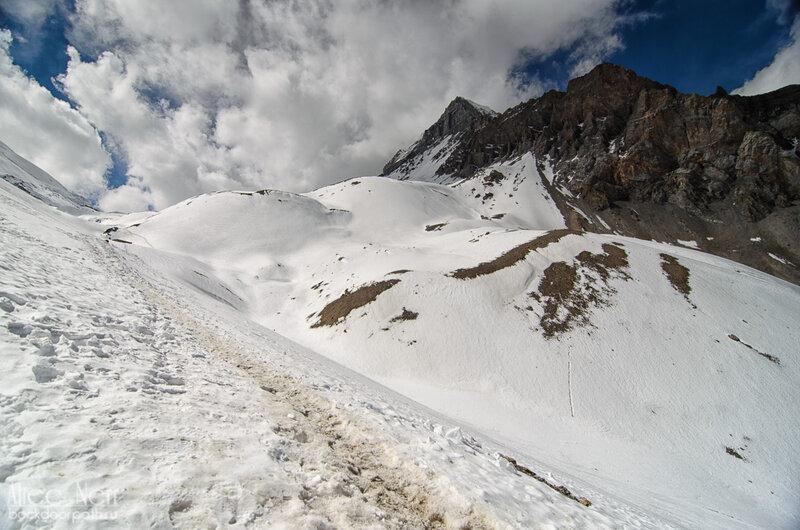 тропа от торонг-ла к high camp, трек вокруг аннапурны, горы, снег, гималаи