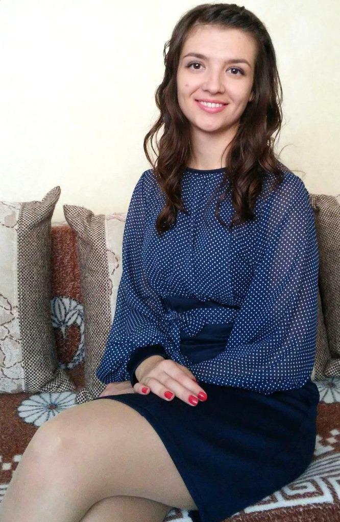 Девушка с красивой улыбкой на диване в колготках