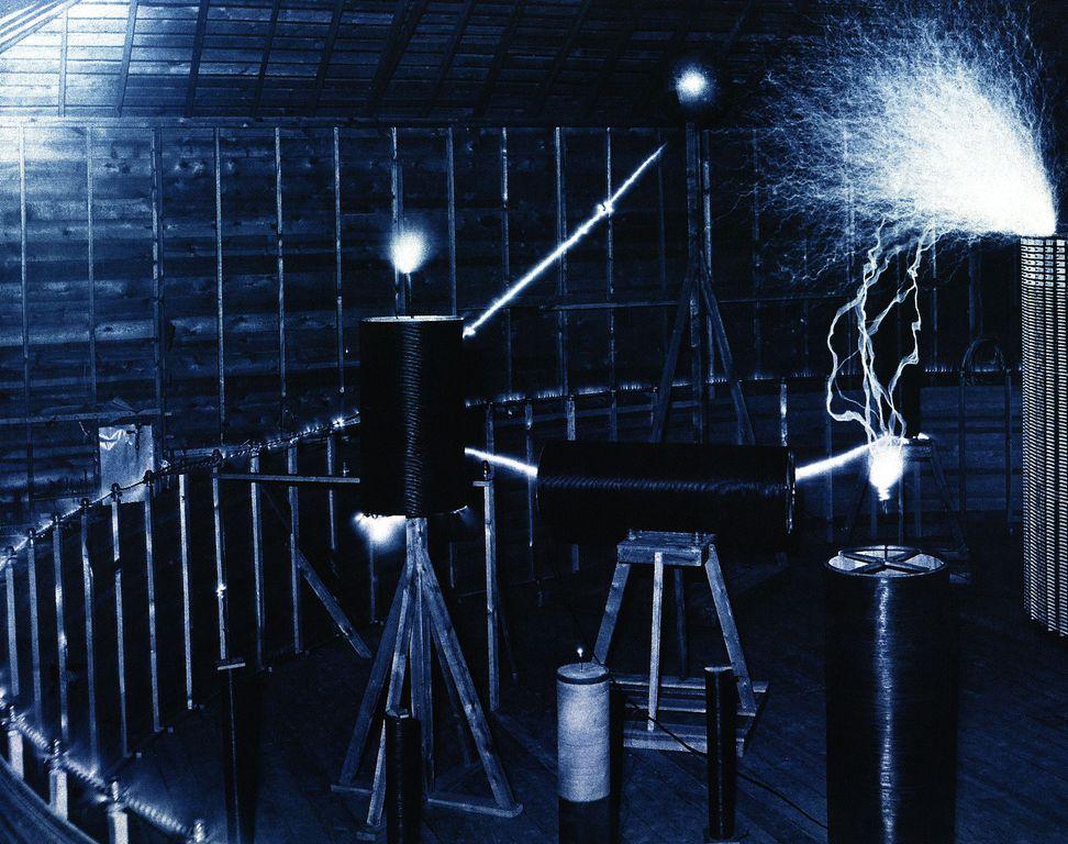 Тесла заявил, что получил сообщения созданные инопланетным разумом, он предположил, что они возможно приходили с Марса. Сигналы он получал находясь в своей лаборатории в Колорадо в 1899 году.