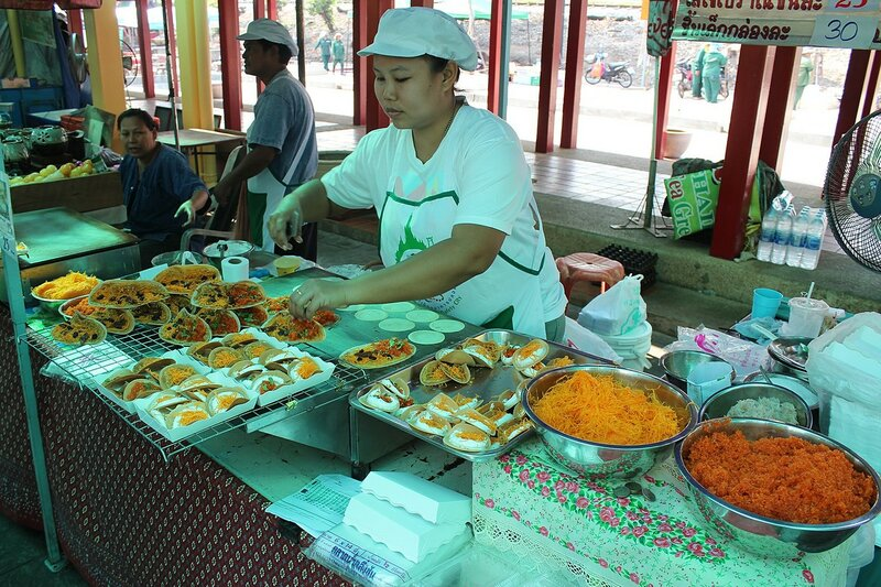 Тайские сладости кханом быанг (Khanom bueang) - небольшие блинчики с начинкой из яичного белка, кокоса и кунжута на рынке Талинг Чан