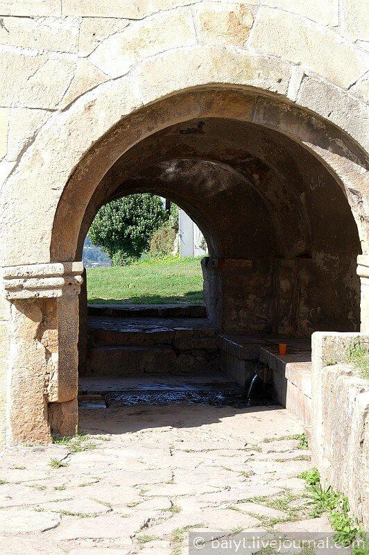 Арка с источником под колокольней Гелати