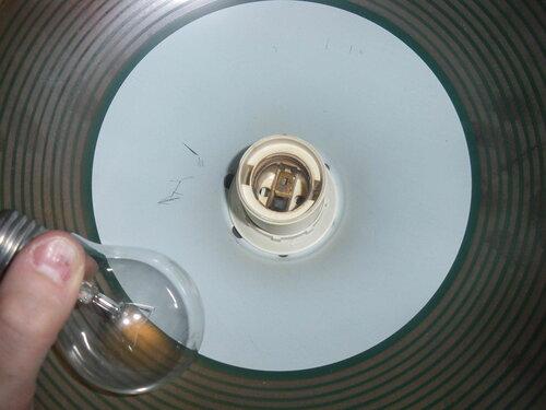 Фото 10. Из патрона подвеса коридора выкручена лампочка. Производится осмотр патрона.