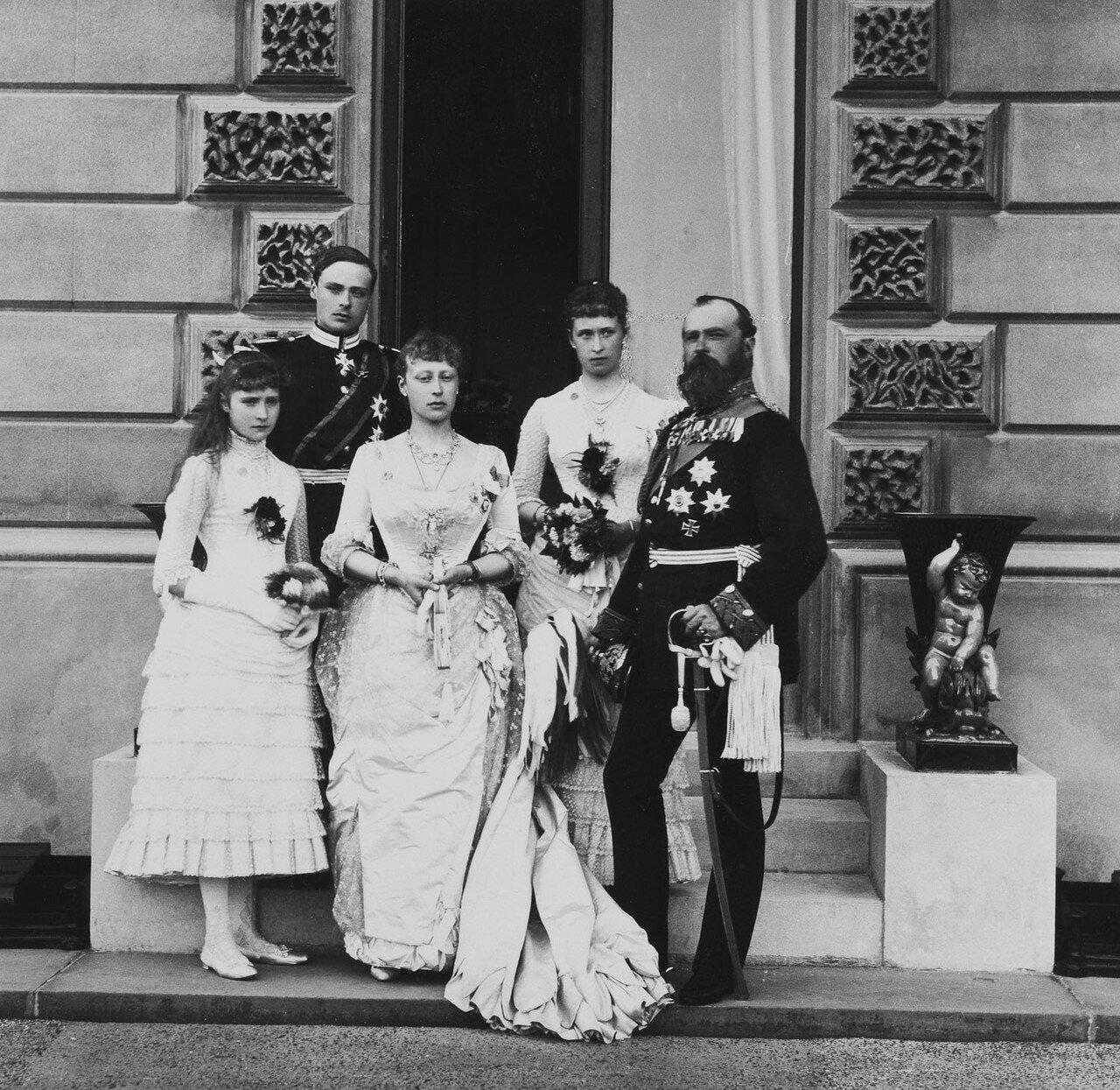 1885. Великий герцог Гессенский с принцессой Алисой Гессен-Дармштадтской, принцессой Викторией Гессен-Дармштадтской, принцем Луи Баттенбергом и принцессой Иреной Гессен-Дармштадтской