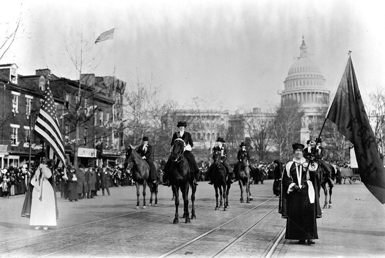 Суфражистки во главе парада маршируют по Пенсильвания-авеню. 3 марта 1913 года