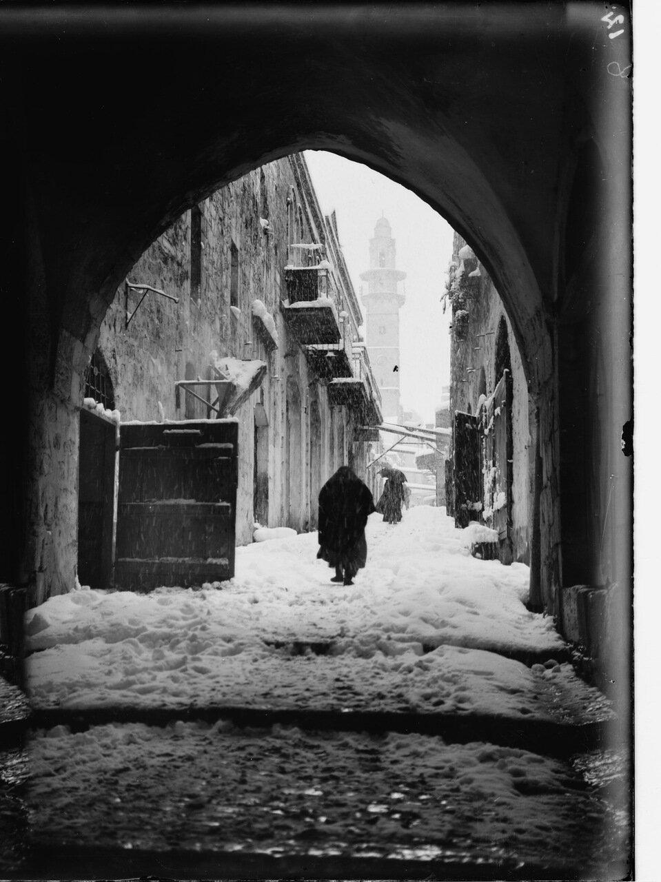 Иерусалим во время снежной зимы. Виа Долороза в снегу, восьмая остановка. Место встречи Христа с благочестивой женщиной. Церковь Спасителя (лютеранская)