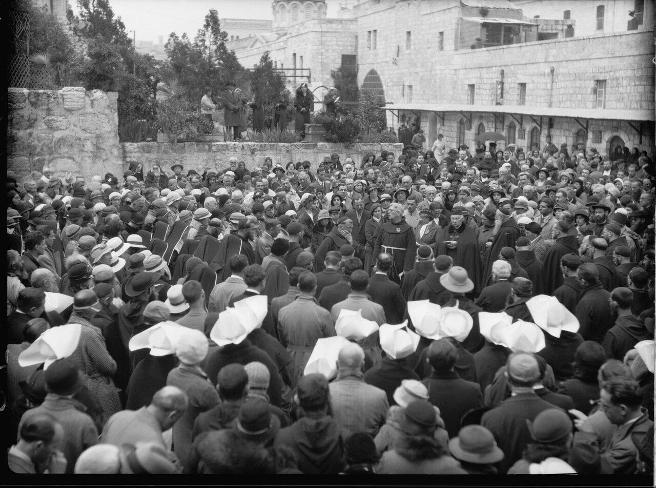 Виа Долороза. Страстная пятница 7 апреля 1933. Паломники на первой остановке. Вопрошения Понтием Пилатом Иисуса, и приговор Христа к казни
