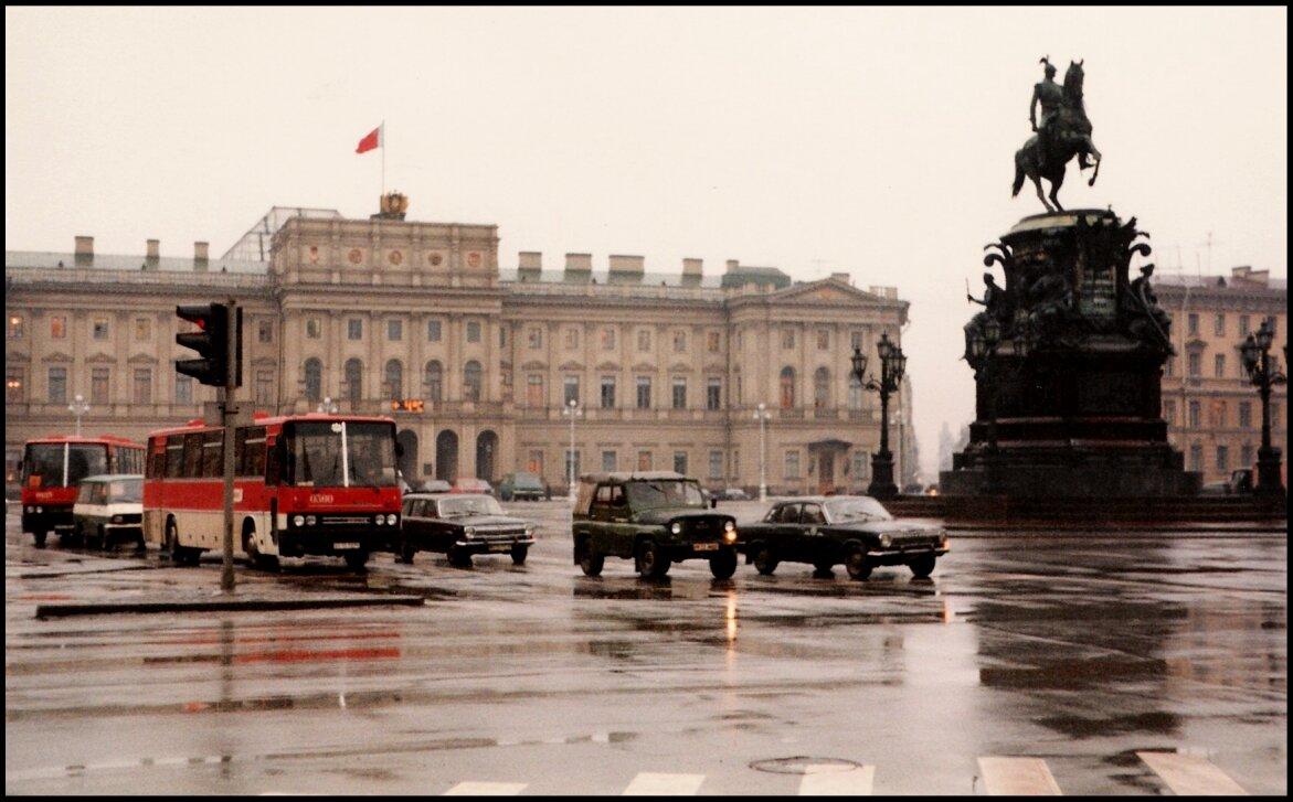 Памятник Николаю I на переднем плане