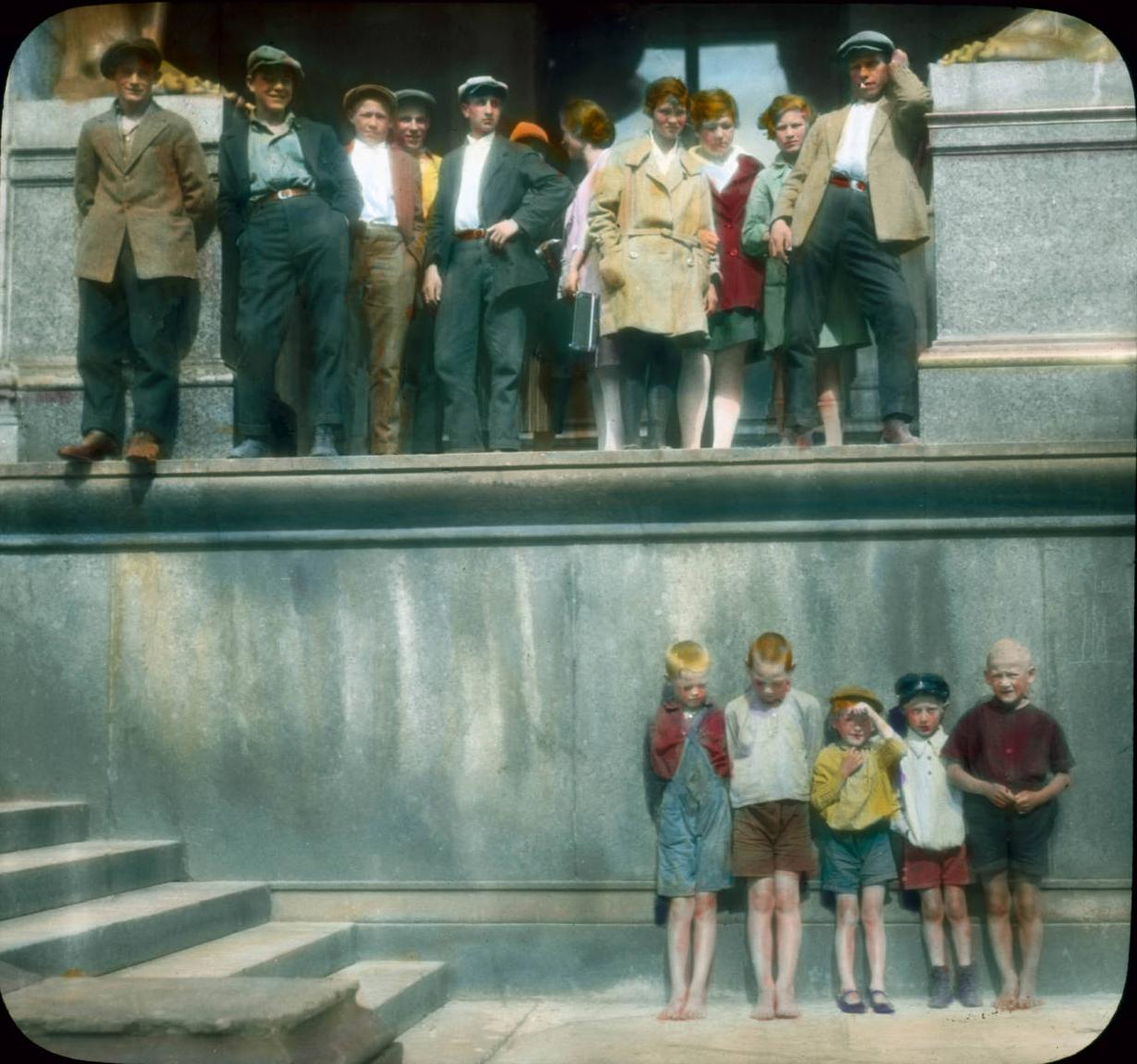 Санкт-Петербург. Эрмитаж (Новый Эрмитаж), посетители за пределами музея и дети