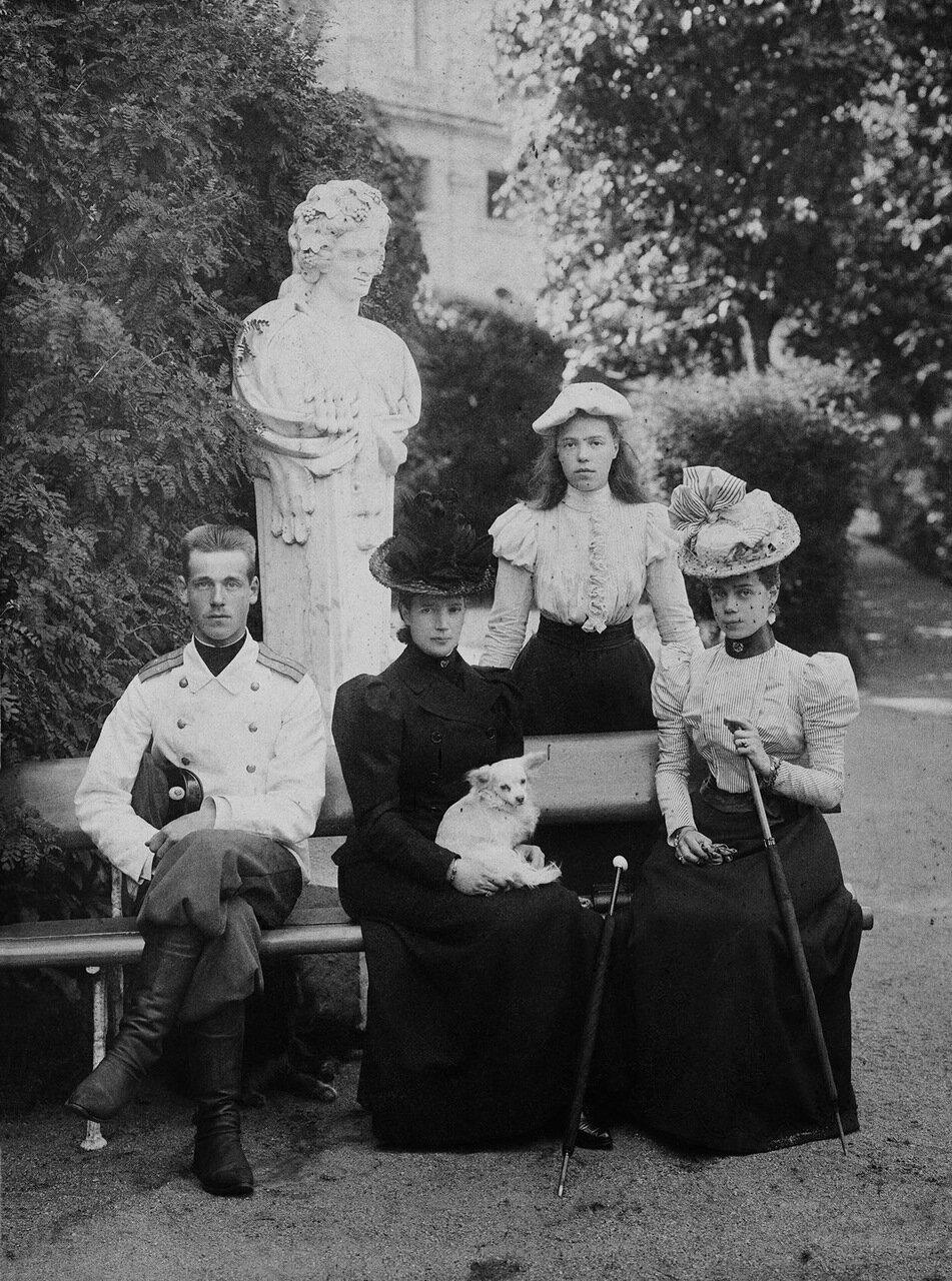 Великий князь Михаил Александрович, вдовствующая императрица Мария Федоровна, великие княгини Ольга, Ксения и Александра. 1900