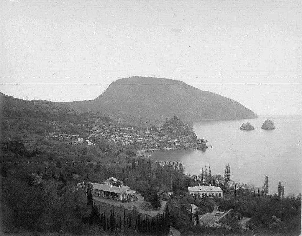 18. Гурзуф. Вид на город, справа - скалы Адалары, на втором плане - гора Аю-Даг