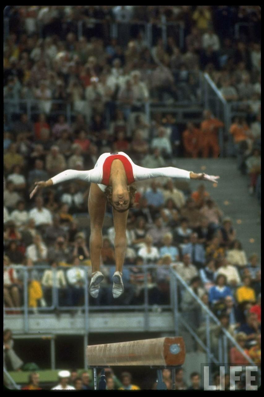 Ольга Корбут во время выступления на летних Олимпийских играх