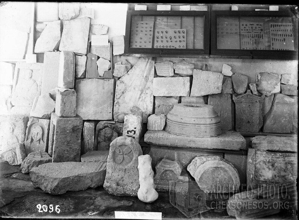 Собрание античных и средневековых надгробий, а в витринах на стене - мелкие изделия из бронзы