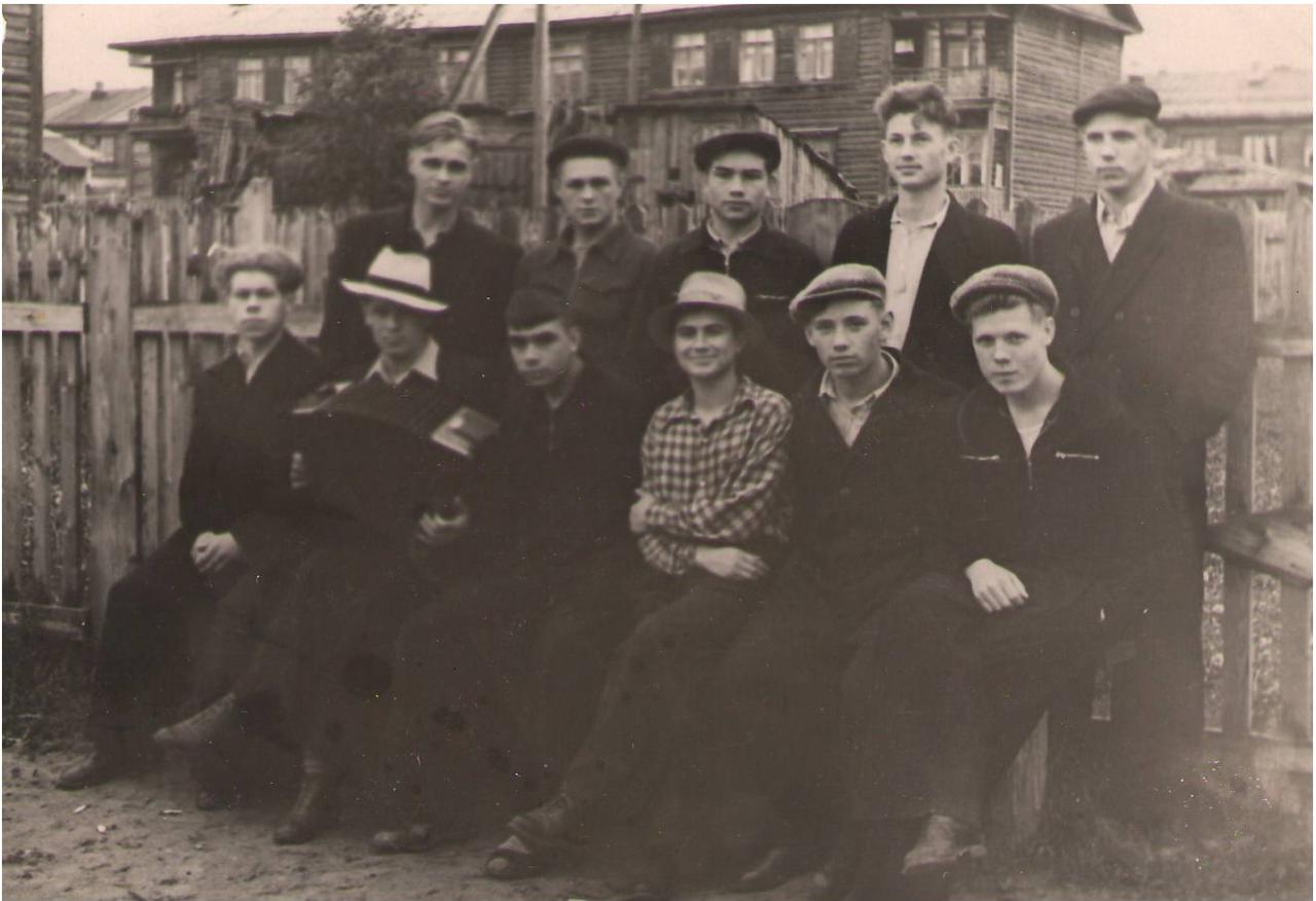 Молодые работники химзавода. Крайний справа в 1 ряду сидит Матвеев Сергей Васильевич 50-е гг.