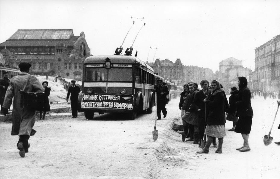 1945. Троллейбус направляется по Хрещатику в сторону площади Сталина. Слева видно здание Бессарабского рынка. Фото: Лишко К.И.
