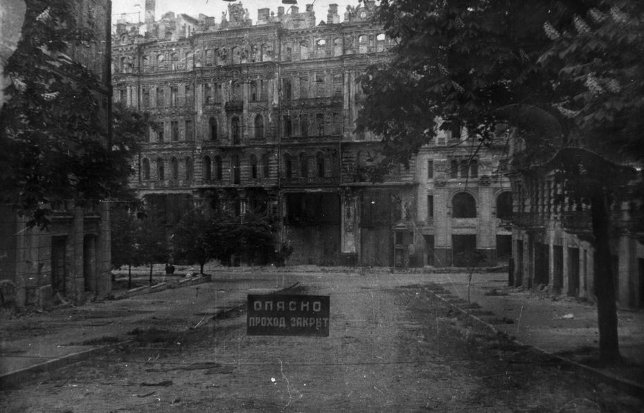 """1944. Разрушенные дома в центре города. Перекресток улиц Заньковецкой и Карла Маркса - прямо на снимке виден """"дом Гинзбурга"""""""