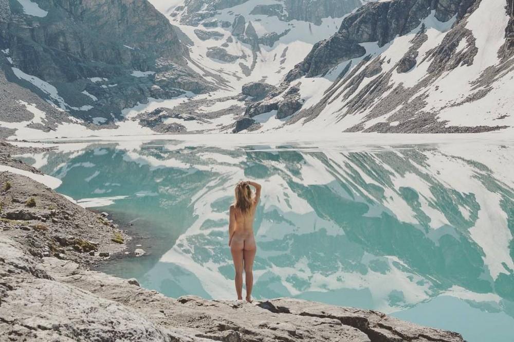 Обнаженные девушки на фоне природы