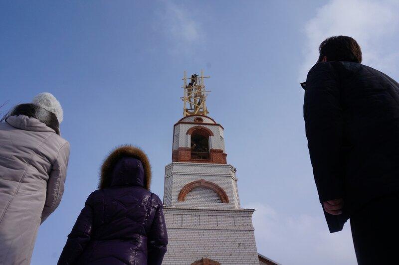 На купол храмовой колокольни храма Всех Святых установлен новый крест