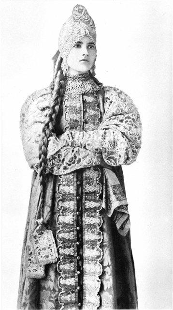 Девушка в праздничном костюме центральных губерний России. 1900-е гг.
