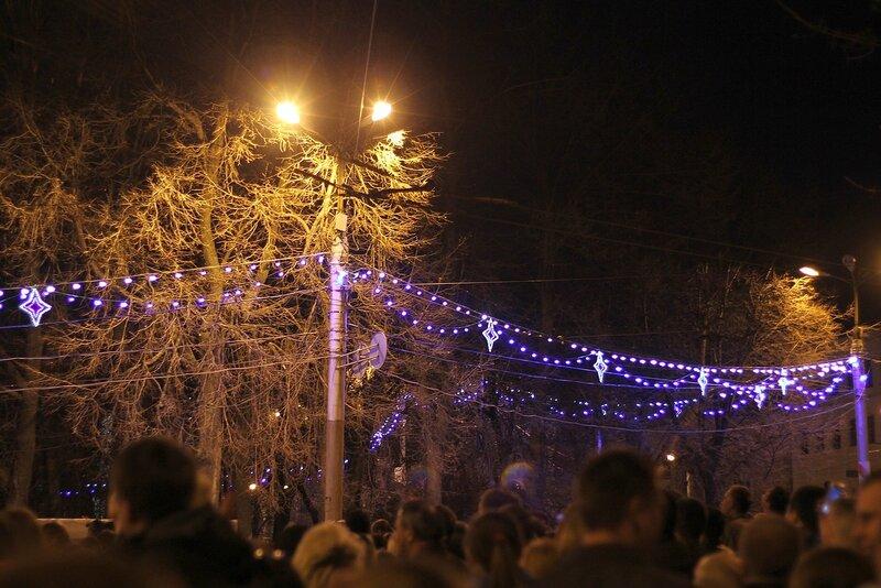 Сквер на Театральной площади в ночной иллюминации после фейерверка